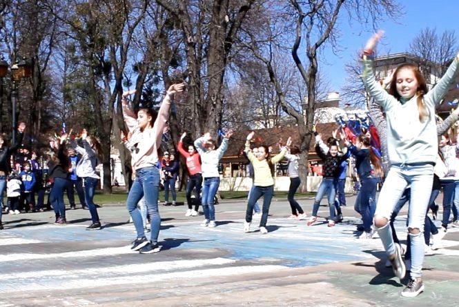 Біля Вежі танцювали для підтримки дітей з аутизмом (ФОТО,ВІДЕО)