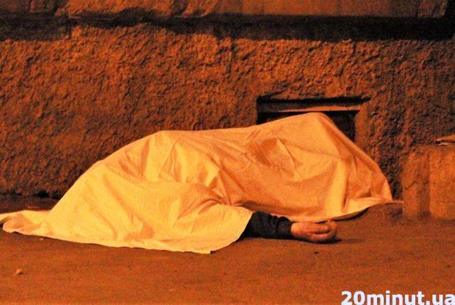 На вулиці Академіка Янгеля у дворі багатоповерхівки помер чоловік
