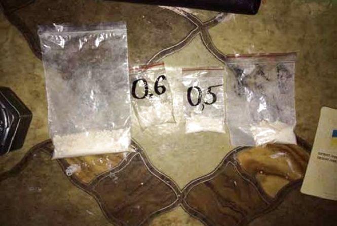 Не дитячі іграшки: у кіндері вінничанина знайшли наркотики