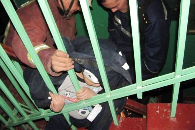 У Жмеринці маленький хлопчик застряг в перилах сходів