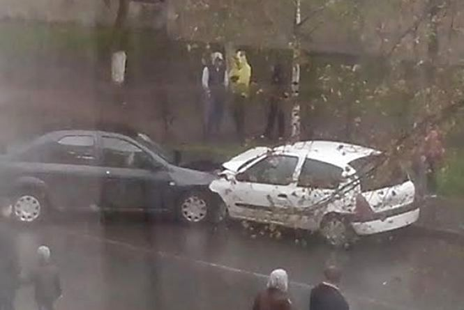 """ДТП на Антонова: """"Dacia"""" врізалась в """"Renault"""". Троє людей постраждали (ФОТО)"""