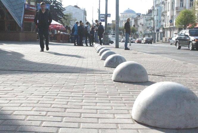 На Соборній встановили бетонні півкулі, щоб не паркувалися на тротуарі