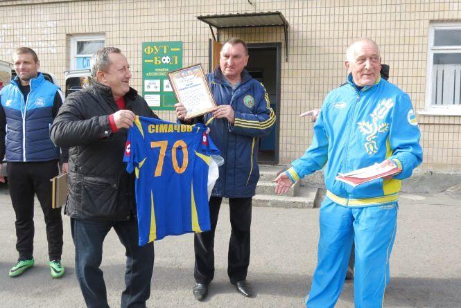 Спортивного коментатора і журналіста Володимира Сімачова привітали з 70-річчям перед футбольним матчем