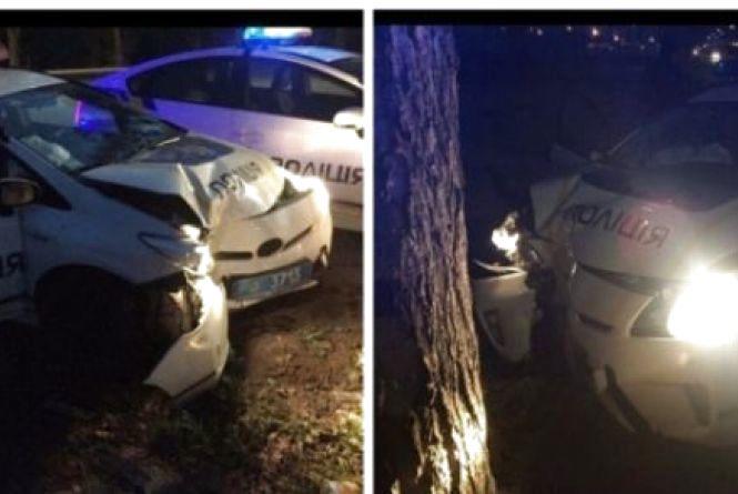 Патрульні знову розбили службовий «Пріус». Влупилися в дерево (ФОТО)