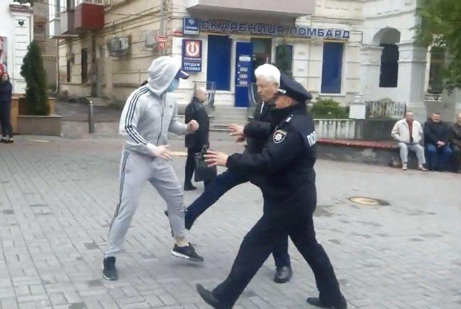 """Що кажуть """"комуняки"""" і """"фашисти"""" про бійку у центрі Вінниці?"""