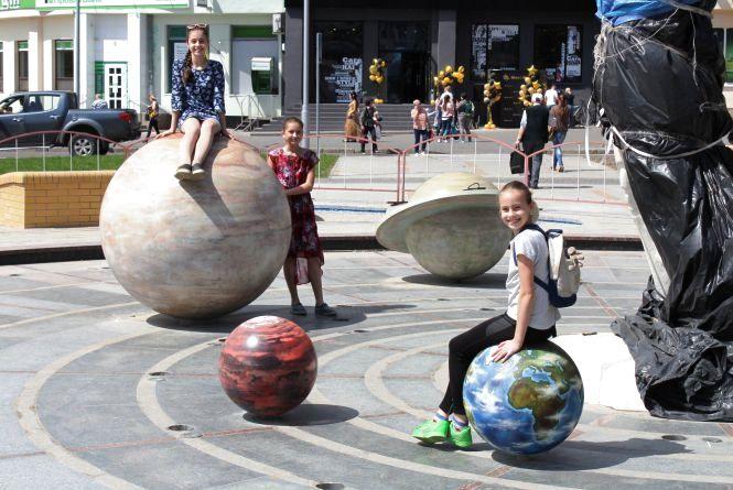 Діти лежать на планетах, а фонтан не працює. Фоторепортаж з Космонавтів