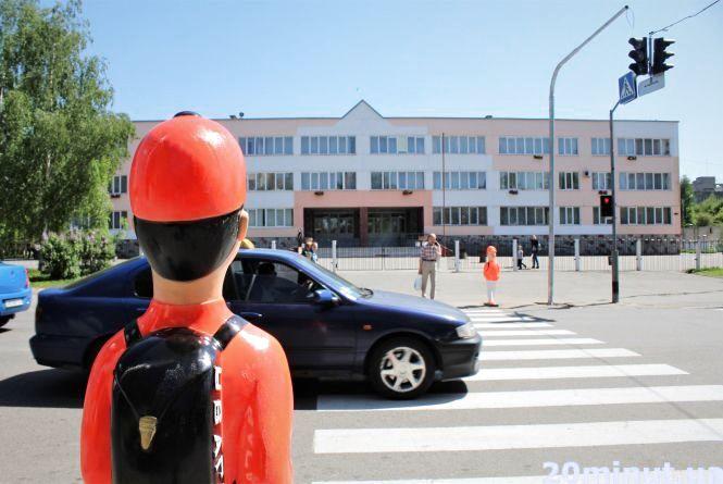 У Вінниці з'явилися нові помаранчеві ляльки. Цього разу на Стрілецькій