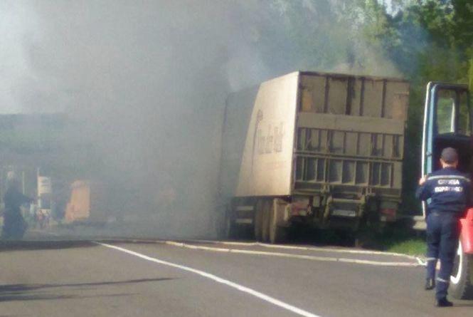 """Густий дим за мостом: біля  «Окко» палала вантажівка """"Нової пошти"""" (ФОТО ВІДЕО)"""