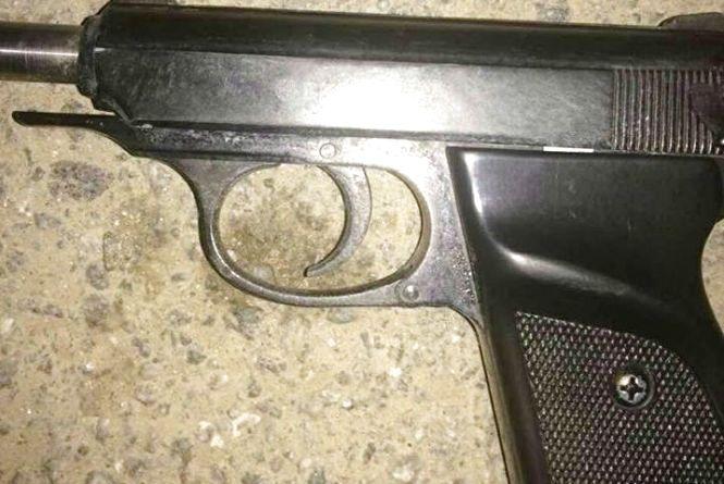 Три екіпажі поліції утихомирювали на Юності вінничанина із зброєю
