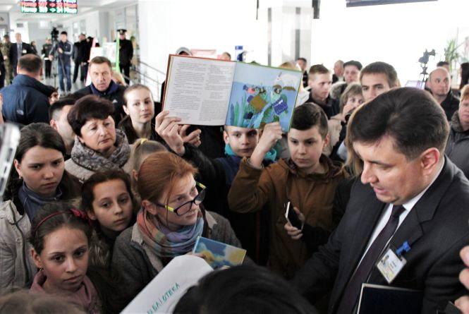 «Марку в міську раду». Вінничани проти виселення дитячої бібліотеки (ФОТО)