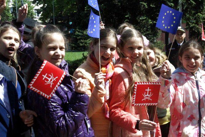 Як піднімали прапор ЄС на Майдані Незалежності в день прийняття безвізу