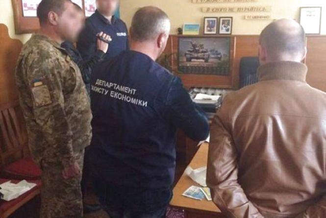 Військовий комісар за гроші обіцяв «відмазати» від служби. ФОТО