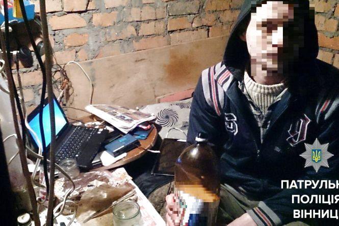 Наркоман із підвалу на Київській має сучасну техніку та 30 банківських карт
