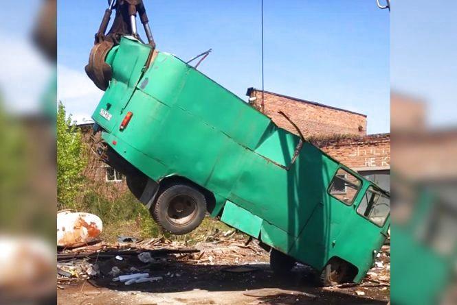 Відео дня: Вантажник розриває старий автобус, як «Тузик грілку»