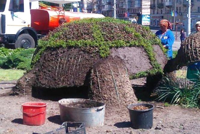 Фото дня: Біля парку Горького «ремонтують» зелену черепаху