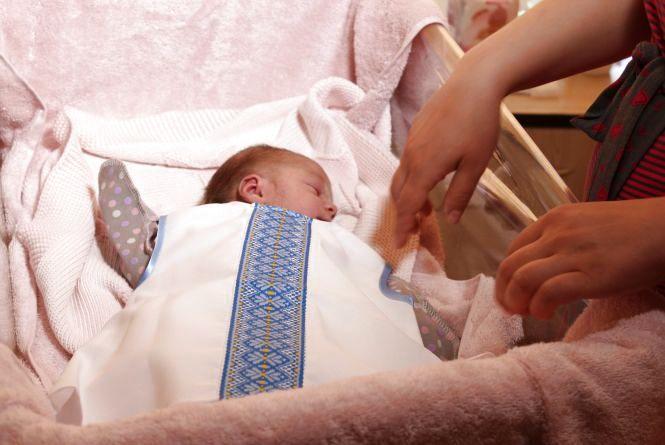 На День вишиванки немовлят з пологового одягли у вишиті сорочки та сарафанчики