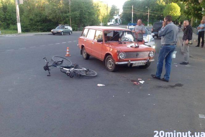 ДТП на Мрії: водій «ВАЗу» протаранив велосипедиста (ФОТО з місця)