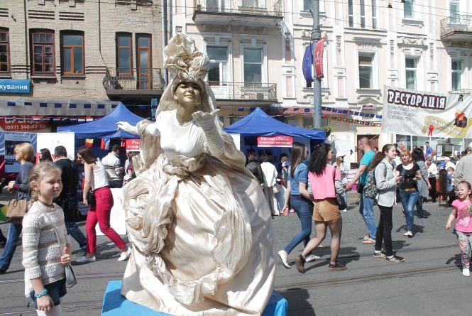 35 живих скульптур та фонтанів вітали вінничан з Днем Європи