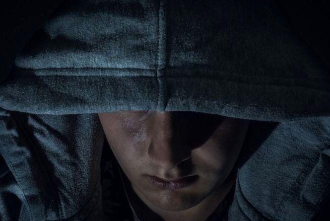 На вулиці Запорожця бандит на очах в подруг напав на 19-річну дівчину