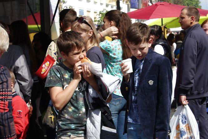 Фестиваль вуличної їжі: смажили поросят на вертелі та варили каву від сонця