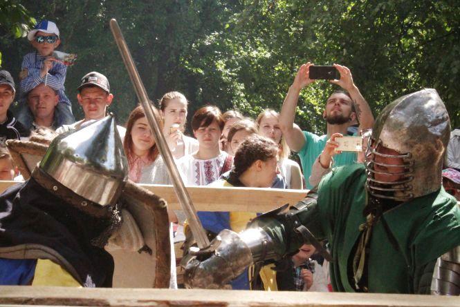 Мечі, медальйони та коловрати: у Європейському сквері билися лицарі (ВІДЕО)
