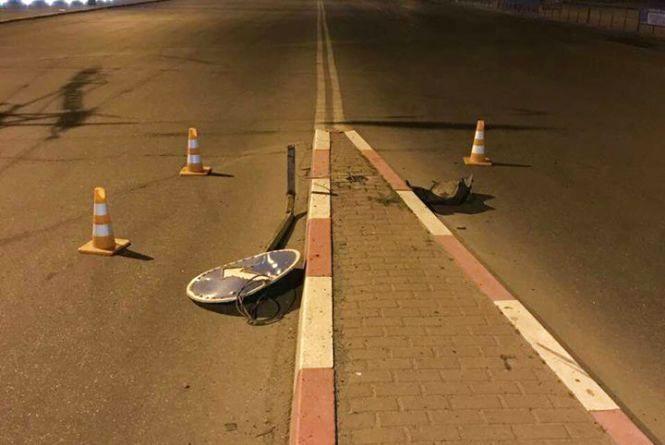 П'яний вінничанин на Lanos протаранив дорожній знак на Пирогова