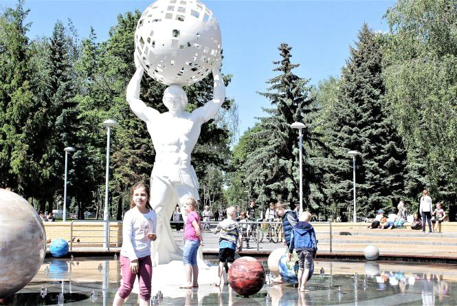 «Тіпа Шварценеггер!» Діти обожнюють фонтан з планетами (ФОТО)