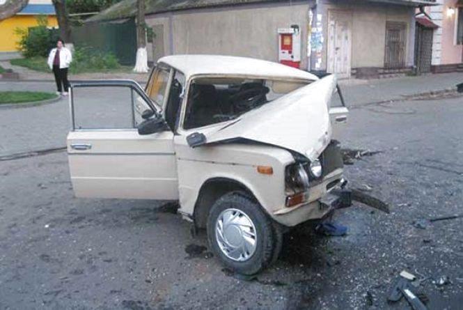 ДТП у Могилів-Подільському: два розтрощені авто та два постраждалих (ФОТО)