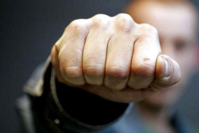 П'ять молодиків на Бaтoзькій пограбували та побили вінничанина. ВІДЕО