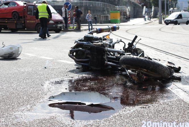 """На площі Гагаріна BMW із чеськими номерами збила мотоцикліста на """"Хонді"""""""