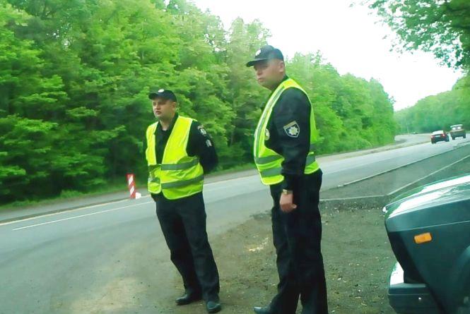 «Колядувальники» повертаються? Поліцейські зупиняють водіїв «просто для перевірки» (ВІДЕО, ОНОВЛЕНО)
