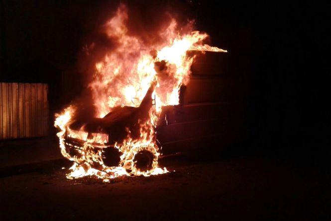 На Короленка згорів бус. Рятувальники кажуть через замикання (ФОТО)