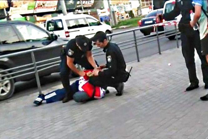 На Пирогова «замінували» зупинку, а патрульні поклали чоловіка обличчям в асфальт (ВІДЕО)