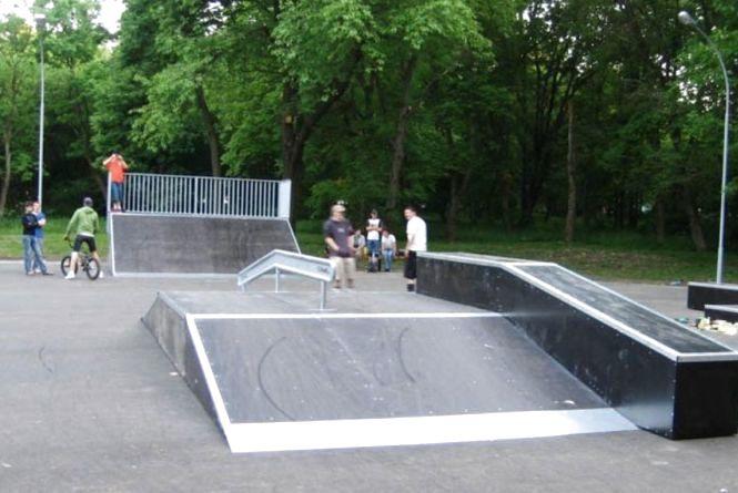 В парку на Скейт-майданчику стирчать шурупи та цвяхи. Просять ремонту