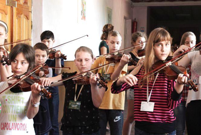 Як діти, що вперше тримають музичні інструменти в руках, готуються до гала-концерту Music Camp