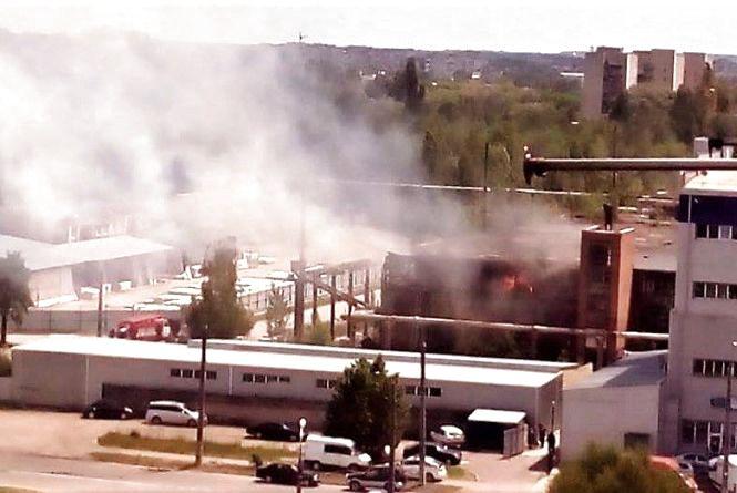 Горів підшипниковий завод. Пожежники гасили будівлю майже годину (ФОТО,ВІДЕО)