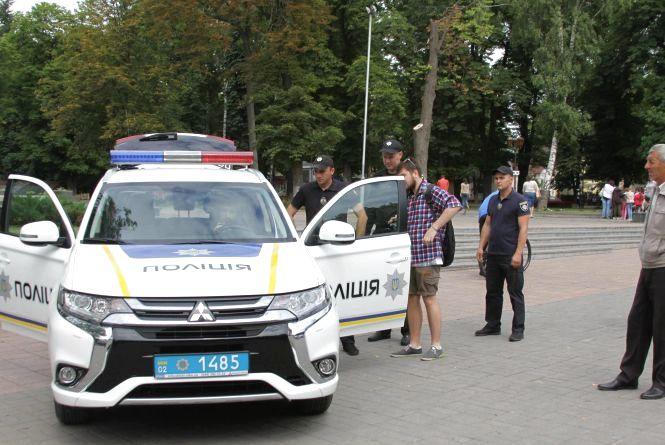 Вінничани змогли побачити та навіть посидіти у новому еко-авто поліції (ФОТО)