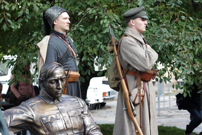 """""""Селфі з Петлюрою"""": отаману УНР відкрили пам'ятник у повний зріст"""