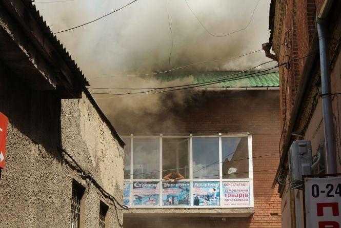 Біля «Троянди» горить будинок. Пожежу, яка перекинулася на зоомагазин загасили