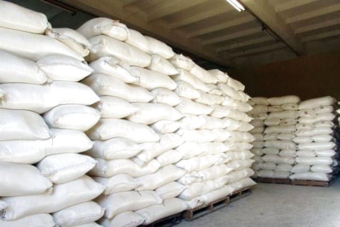 «Солодке життя»: шестеро крадіїв зловили з мішками цукру