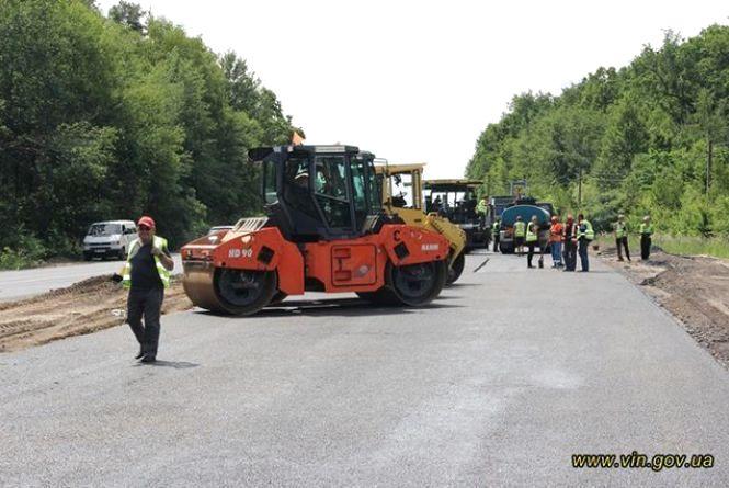 На Вінниччині ремонтують дороги. Водіїв просять бути уважними