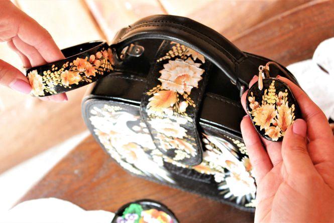 Мистецтво у побуті: вінницька художниця реставрує сумки та  браслети... петриківським розписом