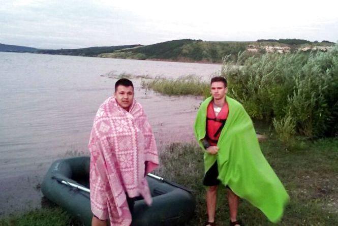 Врятувати від високих хвиль. Як двоє вінничан плавали на човні по Дністру (ФОТО)