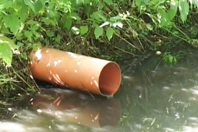 В Хмельницькому зливають фекалії в Буг. Ця вода тече в Вінницю (ВІДЕО)