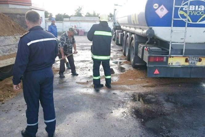 У Тульчині на АЗС розлили бензин.  Пальне залило заправку та дорогу