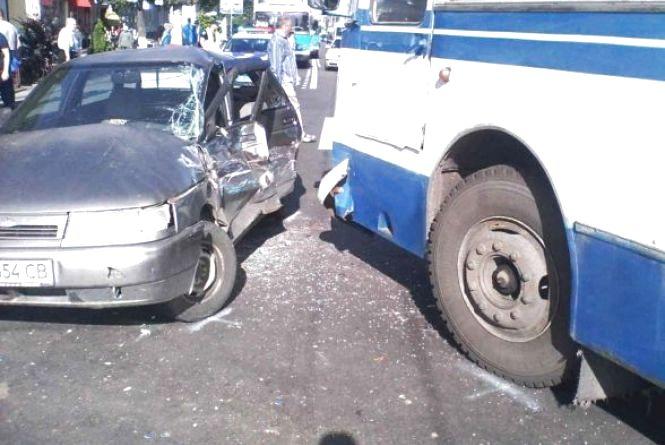 На Коцюбинського легковик в'їхав у автобус, а на Ватутіна збили пішохода