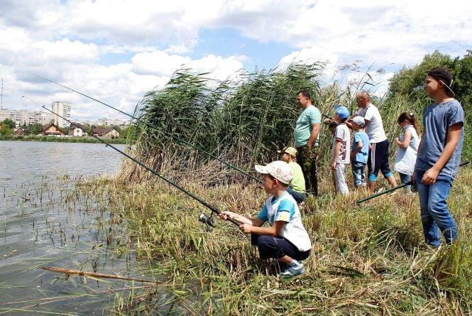 День рибалки. На Вишенському озері діти змагалися на вудках (ФОТОРЕПОРТАЖ)