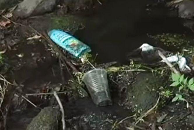 Вінничка перетворилась на звалище. Волонтери чистять «річку-вонючку» (ВІДЕО)