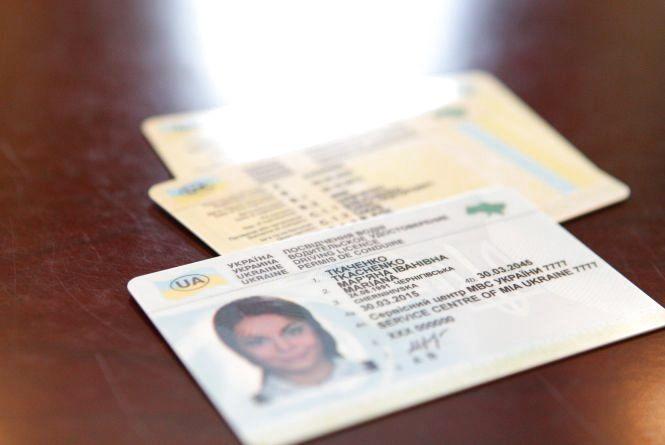 Українським водіям доведеться робити нові права: як це буде працювати