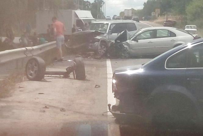 Моторошна ДТП: стукнулися чотири автівки. Двоє людей лежать на дорозі